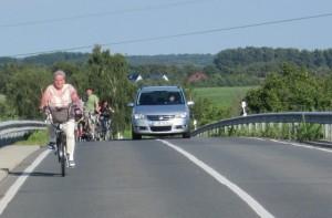 Gefahr für Radler: ein Teilradweg hinauf zur Brückenkuppe wäre ein guter Anfang.