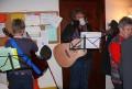 Lebendiger Adventskalender mit Gitarrenbegleitung.