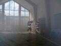 Agora im Schulgebäude. alles ist verraucht, zwei Feuerwehrleute unter Atemschutz gehen durch eine Tür.