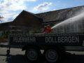 """Löschangriff auf die """"brennende"""" Schule, im Vordergrund der Anhänger der Feuerwehr Dollbergen mit ebendiesem Schriftzug."""