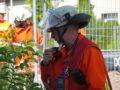 ATG-Überwachung, Leiter spricht ins Funkgerät an der Schulter.