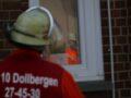 Feuerwehrleute. Spiegelung im Schulfenster.