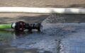 Restwasser tritt aus einer Düse am Schlauch aus.