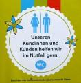 Kundentoilette vorhanden, ein Aufkleber des Seniorenbeirats Uetze.