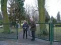Doris Reichelt-Behrens, Eigenbetriebe Uetze und Pastor Michael Sassenhagen freuen sich über den neuen Zaun am Friedhof Dollbergen.