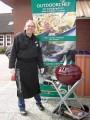 Holger Timmann vor dem Outdoorchefplakat.
