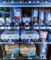 Ein Lebensmittelautomat mit Regalen, in denen Kartoffeltüten, Eierkartons und verpackte Wurstwaren lagern.